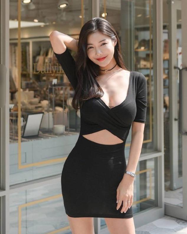 时尚街拍性感大姐姐,黑色衬衫+短裙尽显女神范儿